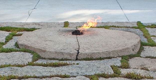 800px-eternal_flame_at_the_grave_of_john_f-_kennedy_in_arlington_national_cemetery